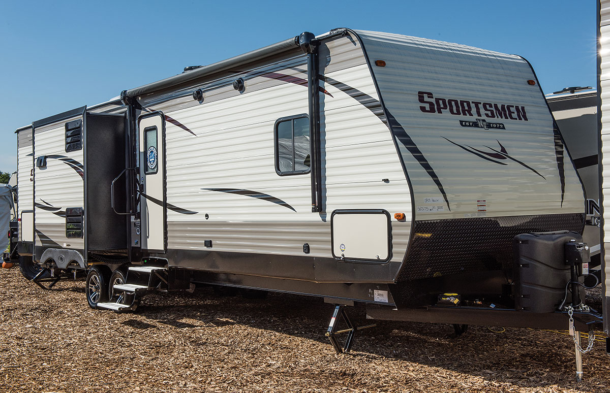 2017-5-kz-rv-sportsmen-333bhk-travel-trailer-exterior-front-3-4-door